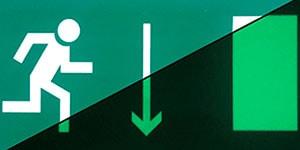Знак эвакуации Указатель двери эвакуационного выхода правосторонний E 09